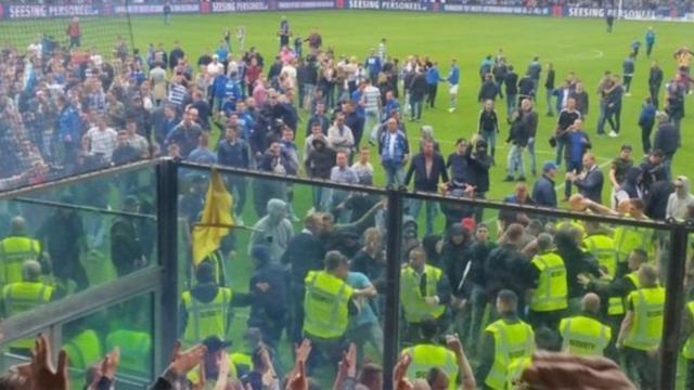 Hooligans De Graafschap vallen Eagles-spelers aan op het veld