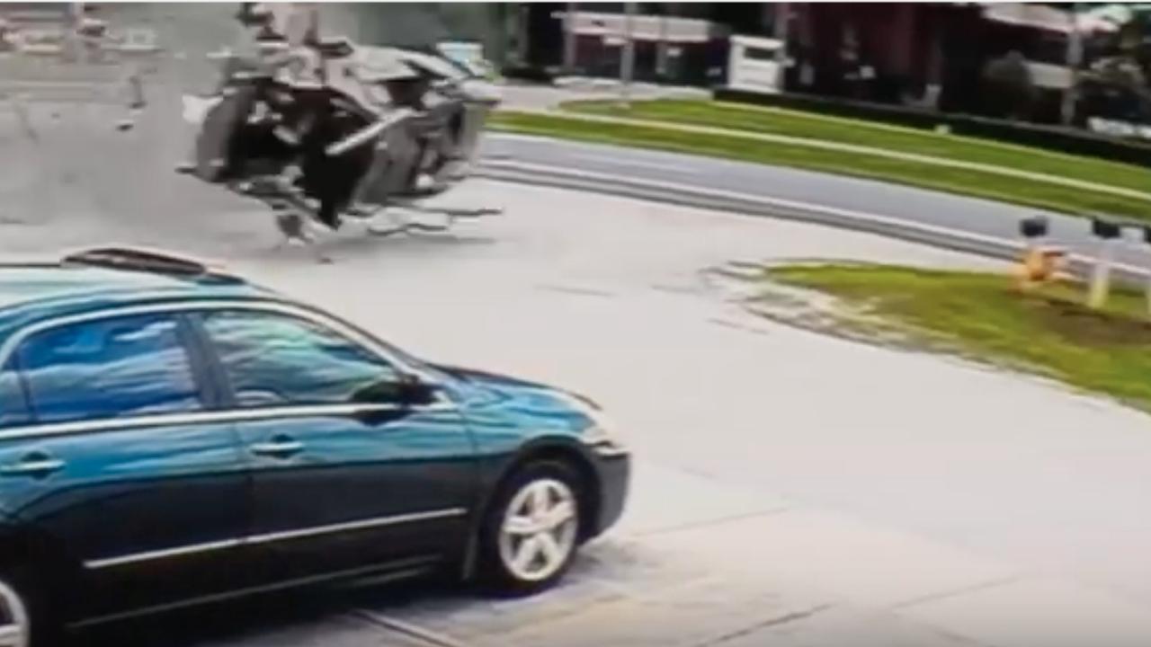 Automobilist vliegt vijf keer over de kop maar overleeft crash