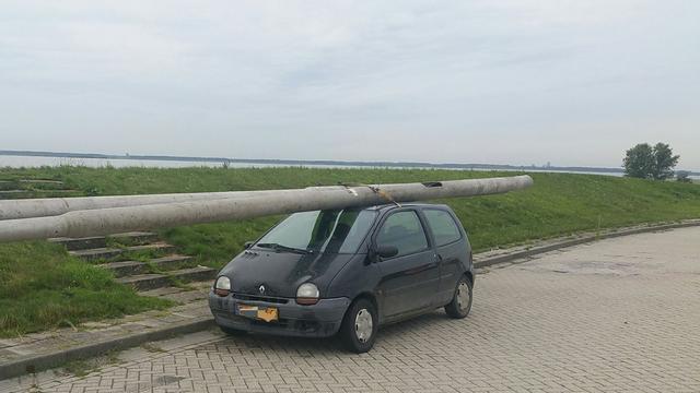 Bestuurder opgepakt in Lelystad met lantaarnpalen op dak