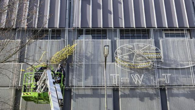 In Beeld: Neon-rebus Lange Nieuwstraat van de muur gehaald
