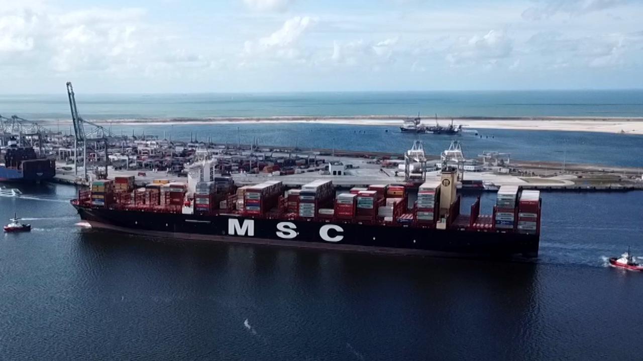 Grootste containerschip ter wereld vaart haven Rotterdam binnen