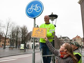 Vanaf maandag mogen brommers niet langer op het fietspad.