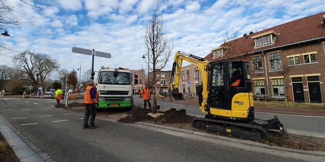 Ovale rotonde bij Jan van Houtbrug in Leiden nadert voltooiing