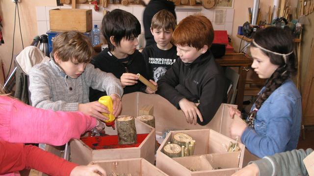 Insectenhotel onthuld op schoolplein Mareland in Leiden