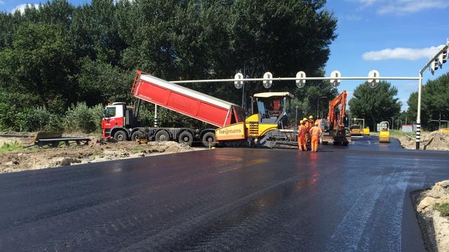 550 vrachtwagens met asfalt voor kruispunt Backer en Ruebweg