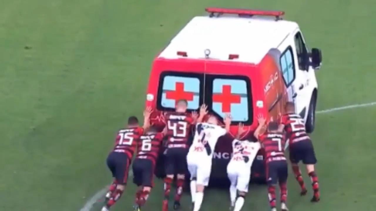 Voetballers moeten ambulance aanduwen bij Braziliaanse topper