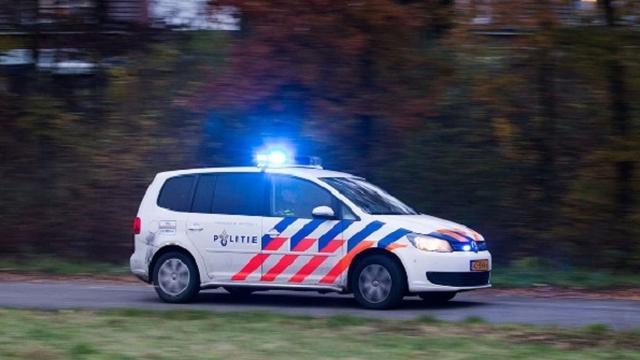 Auto op zijn kop aan Henk Sneevlietweg na aanrijding, geen gewonden