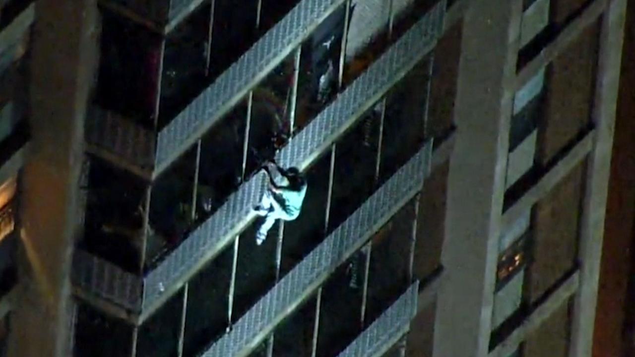 Amerikaan daalt veertien verdiepingen af van brandend gebouw