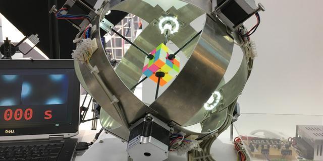 Robot lost Rubiks kubus in recordtijd van 0,6 seconden op