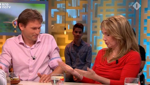 Helga van Leur slaat mug dood in uitzending Jinek