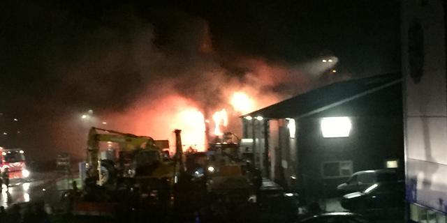 Grote brand verwoest loods op industrieterrein Staphorst