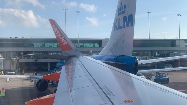 Twee vliegtuigen botsen bij gate op Schiphol