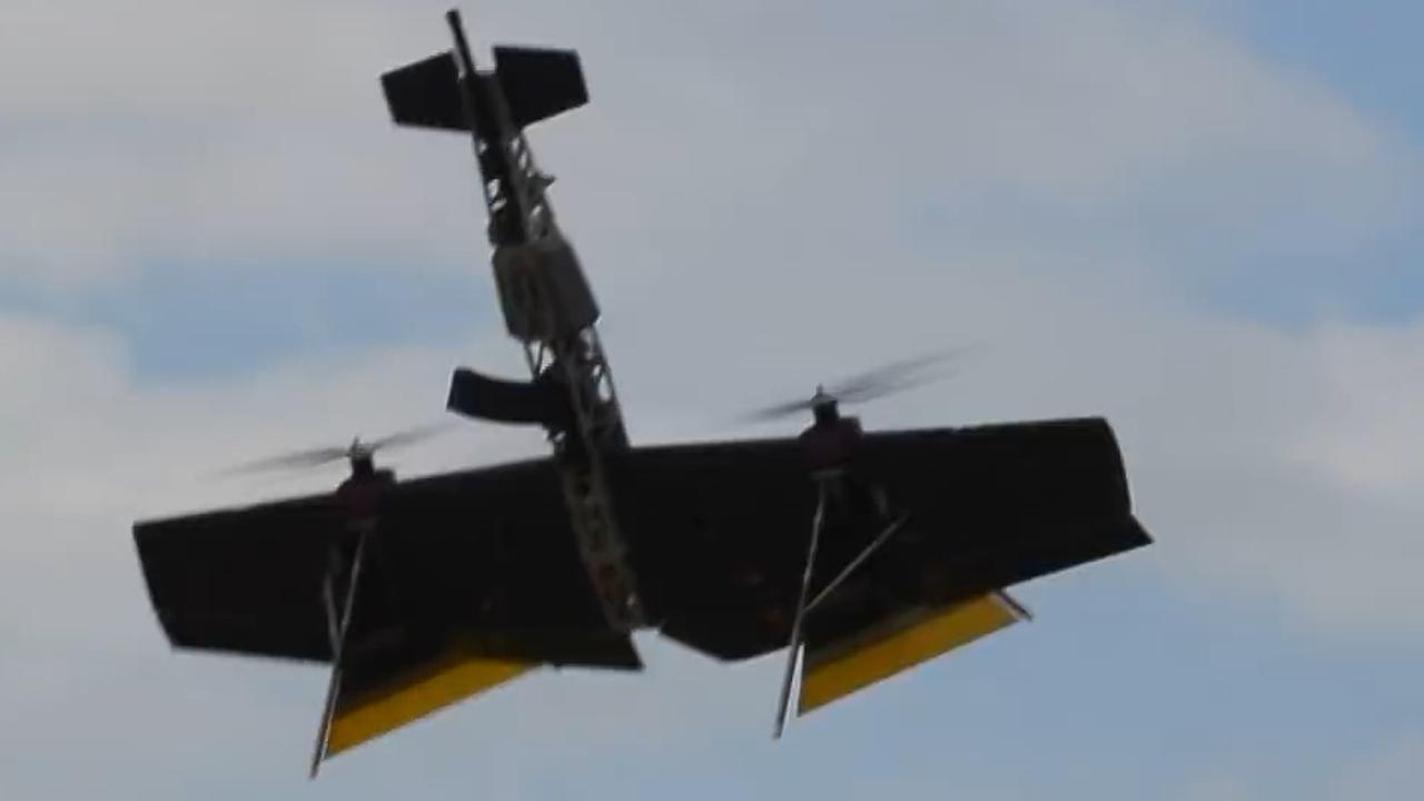 Russische drone met geweer schiet andere drone uit de lucht