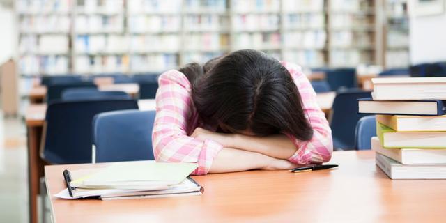 Studenten met chronisch slaaptekort halen lagere cijfers op school