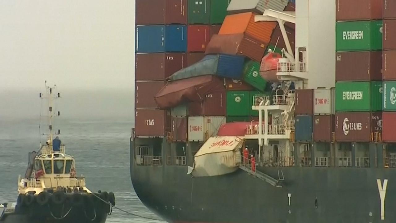 Schip met 83 omgevallen containers arriveert in Sydney