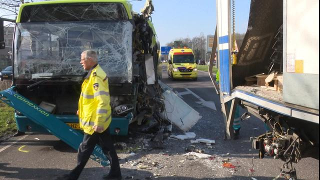 Meerdere gewonden na botsing met bus en vrachtwagens in Hoorn.
