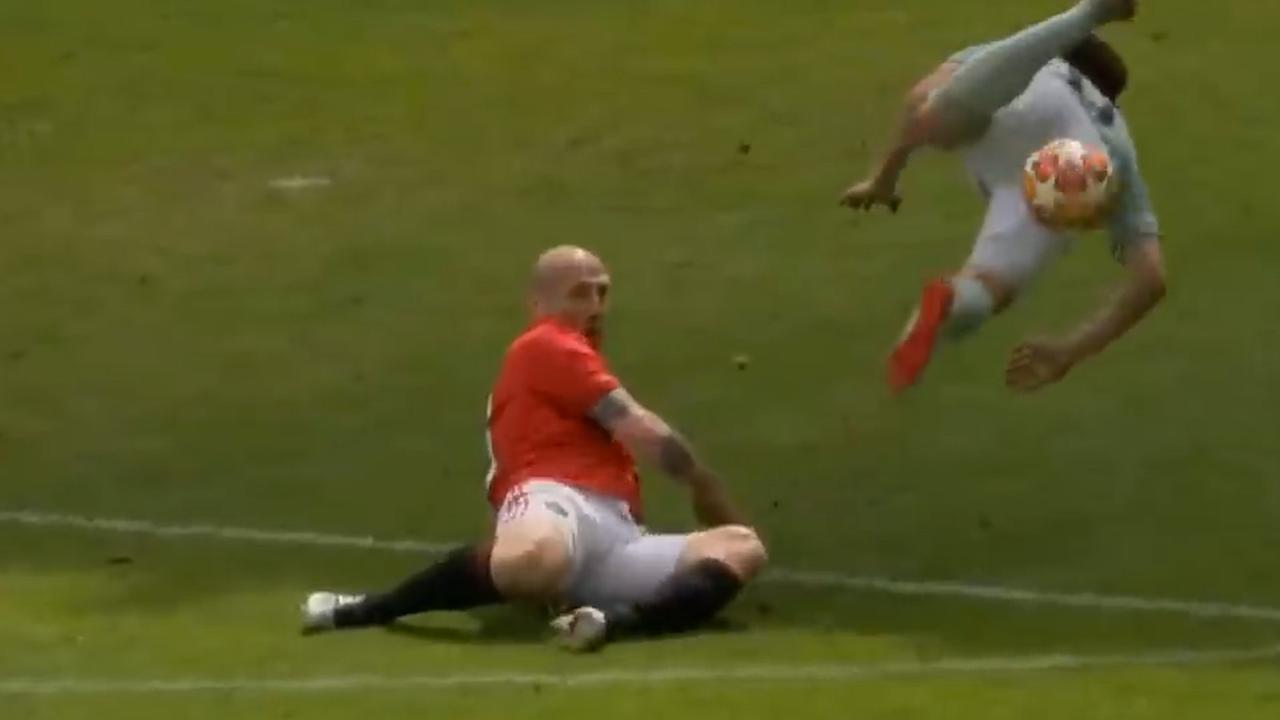 Stam haalt tegenstander hard onderuit bij benefietduel United