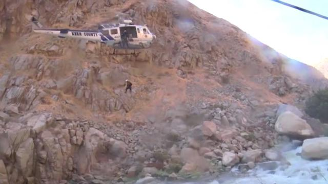 Helikopter redt man van rots in rivier in Californië