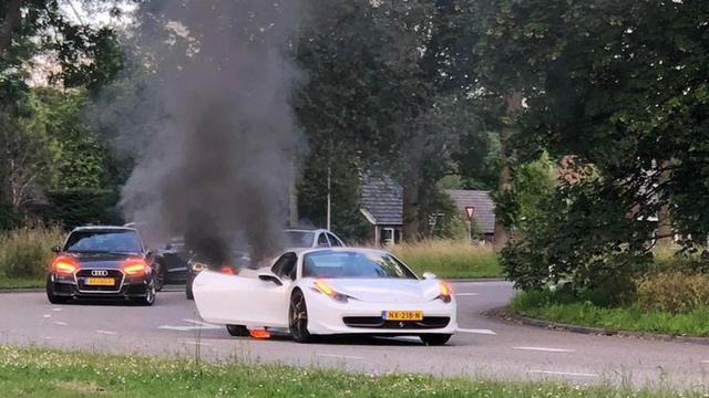 Ferrari vat vlam tijdens rijden in Overvecht, inzittenden op tijd ontkomen