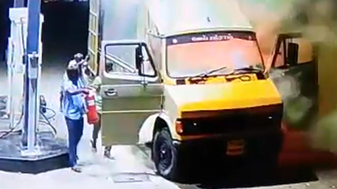 Mannen duwen brandende vrachtwagen weg bij tankstation India