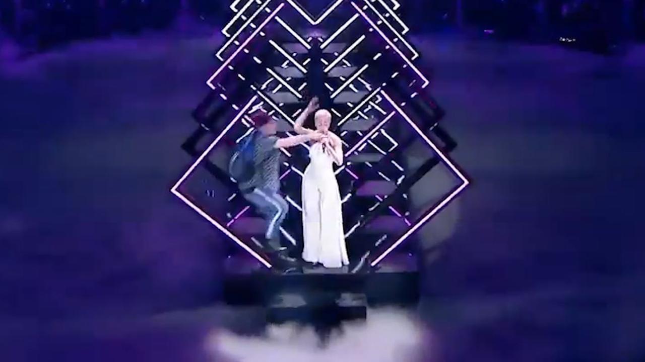 Man pakt microfoon af tijdens optreden VK Songfestival-finale