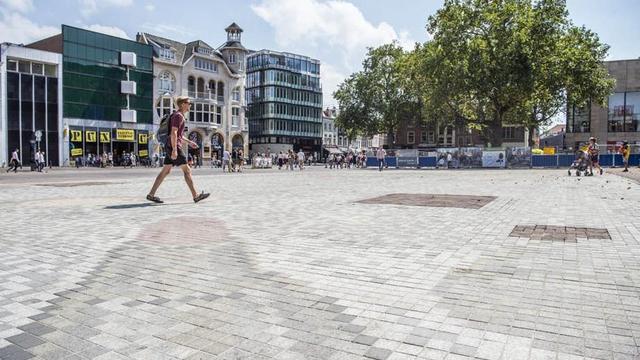 Utrecht zoekt naar betere methode om mozaïek Vredenburgplein te reinigen