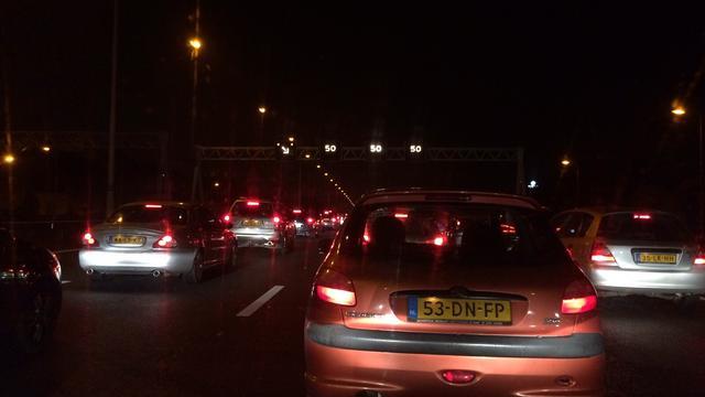 A50 bij Hoenderloo nog uren dicht na gekantelde vrachtwagen