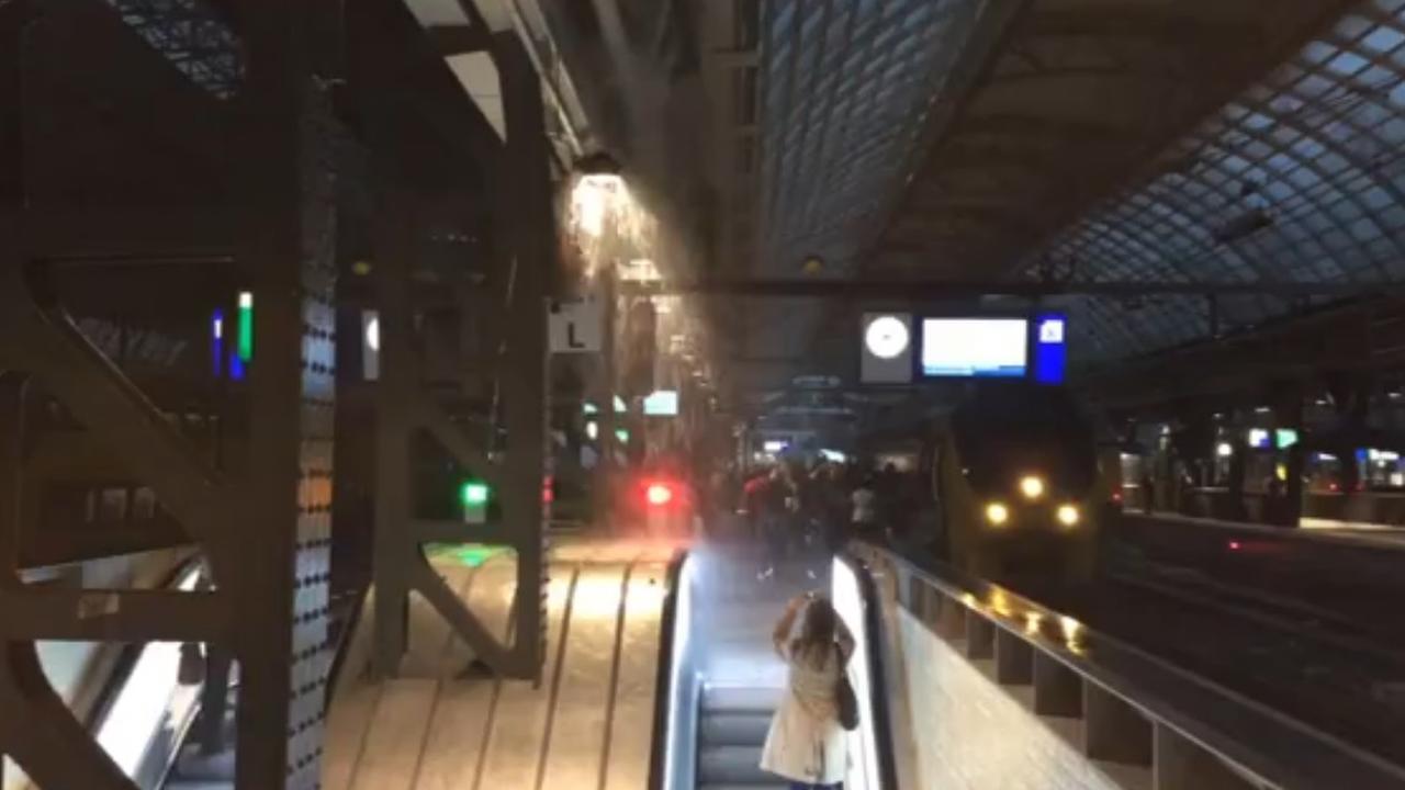 Wateroverlast op roltrap op Amsterdam Centraal