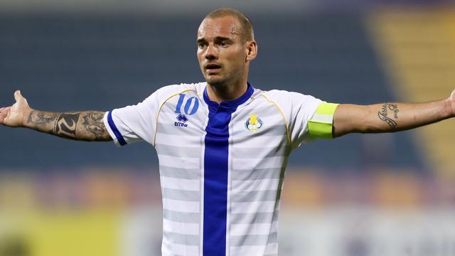 Sneijder scoort twee keer en krijgt rood bij Al Gharafa