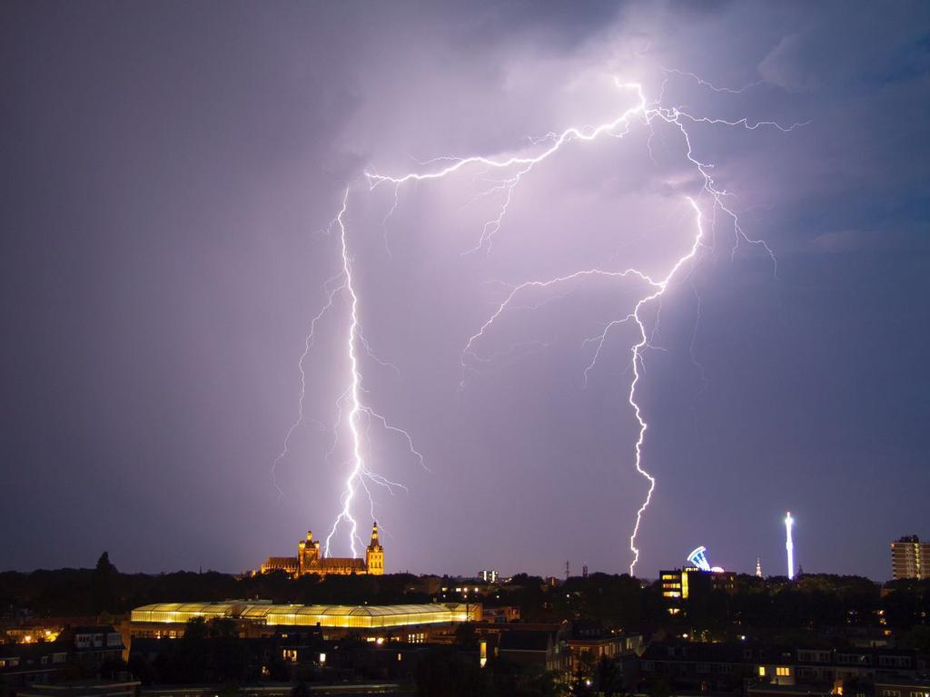 KNMI waarschuwt woensdagavond voor onweersbuien met hagel