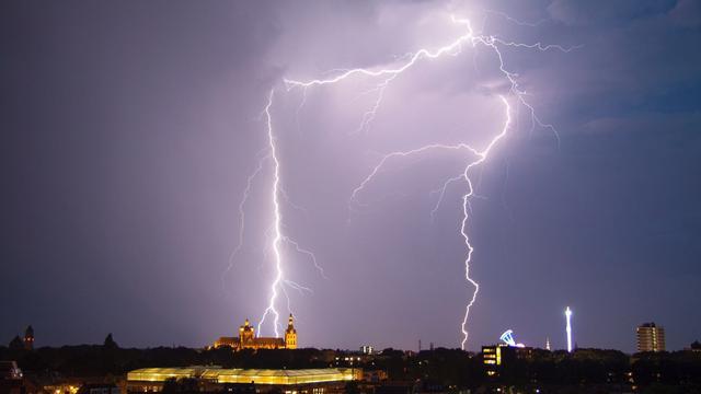 Flinke onweersbuien trekken woensdagavond over Nederland