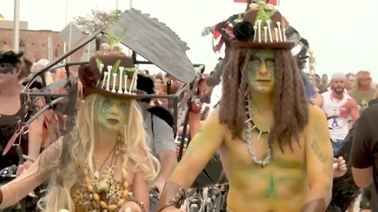 Duizenden fietsende zombies de straat op voor Fantasy Fest Florida