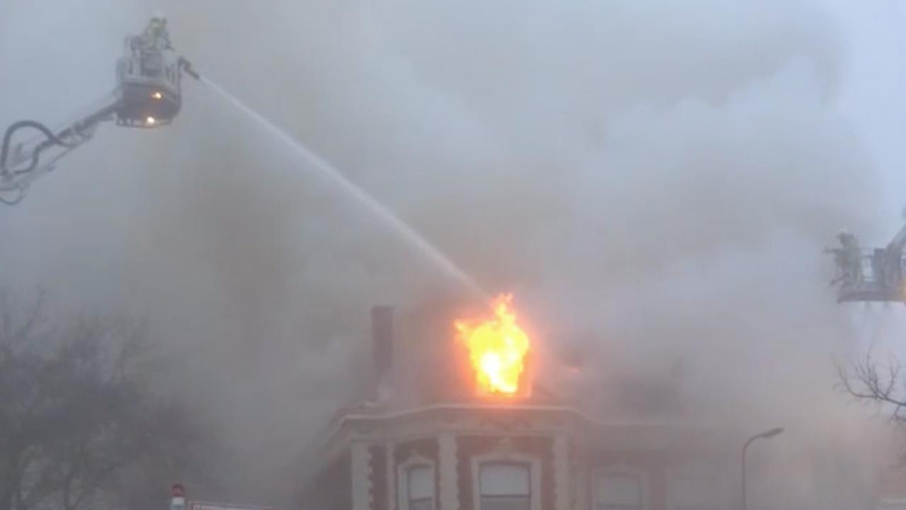 Brandweer blust met hoogwerker grote brand in Zwolle