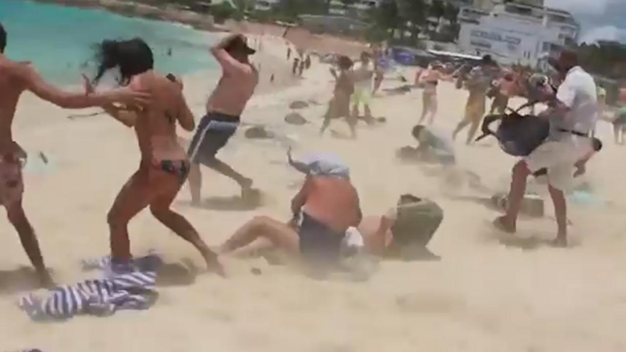 Bekijk hoe krachtig de wind is door een jetblast op Maho Beach (2016)