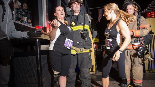 Slachtoffer aanslag Boston huwt brandweerman die haar redde