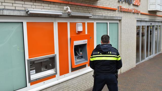 Agenten bewaken pinautomaten in centrum Alphen