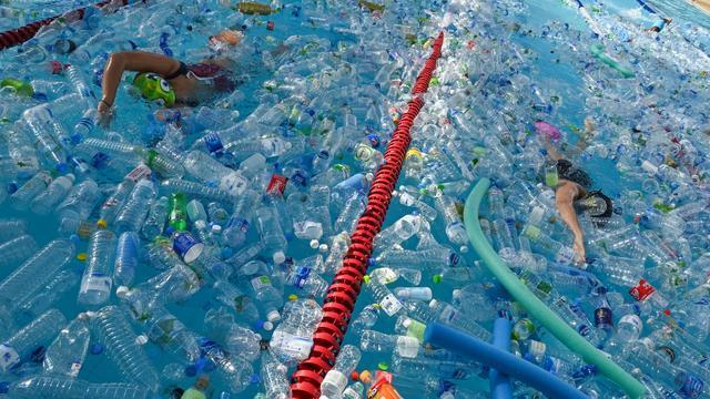 Zwemmen door plastic flessen, Hague Pride deels afgelast