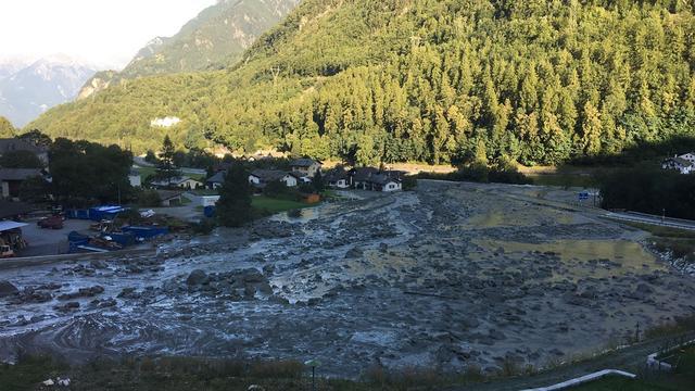 Reddingswerkers op zoek naar vermisten na aardverschuiving Zwitserland