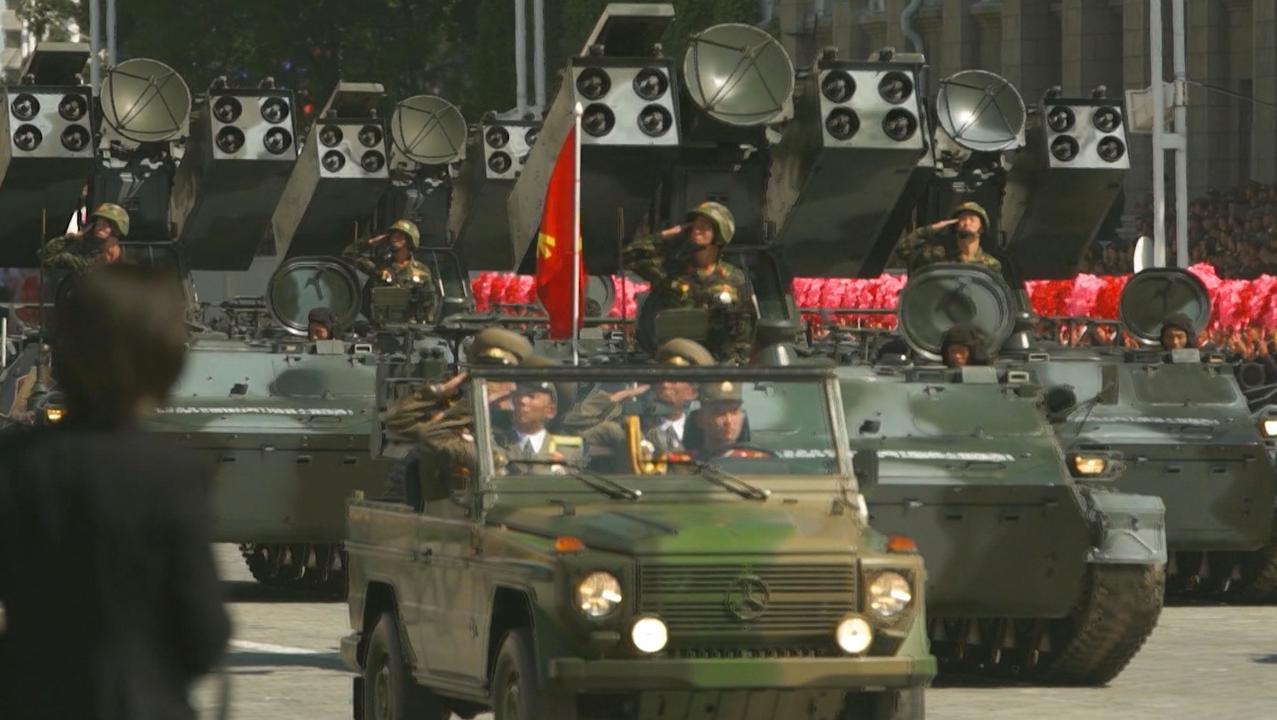Kim Jong-un bewondert grote militaire parade