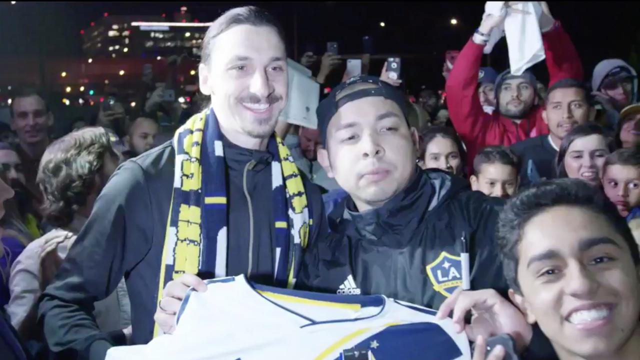 Honderden uitzinnige fans onthalen Ibrahimovic in Los Angeles