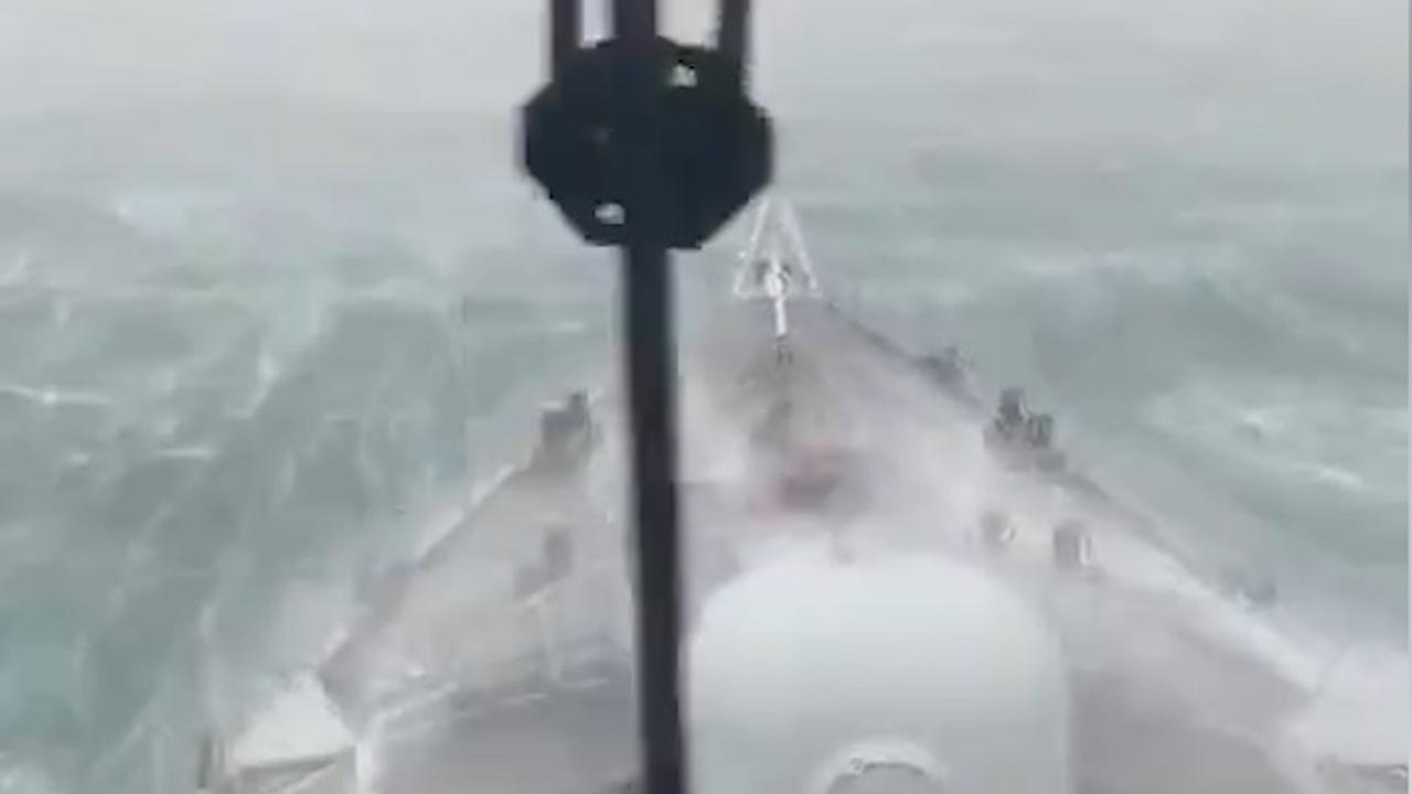 Nederlands marineschip trotseert hoge golven door orkaan Dorian
