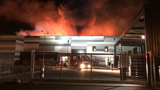 Gevaarlijke stoffen vrijgekomen door zeer grote brand bij bedrijf in Venlo