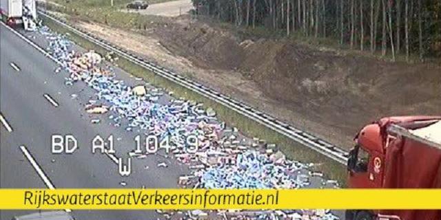 Ongeluk met twee vrachtwagens leidt tot ravage op A1 bij Deventer
