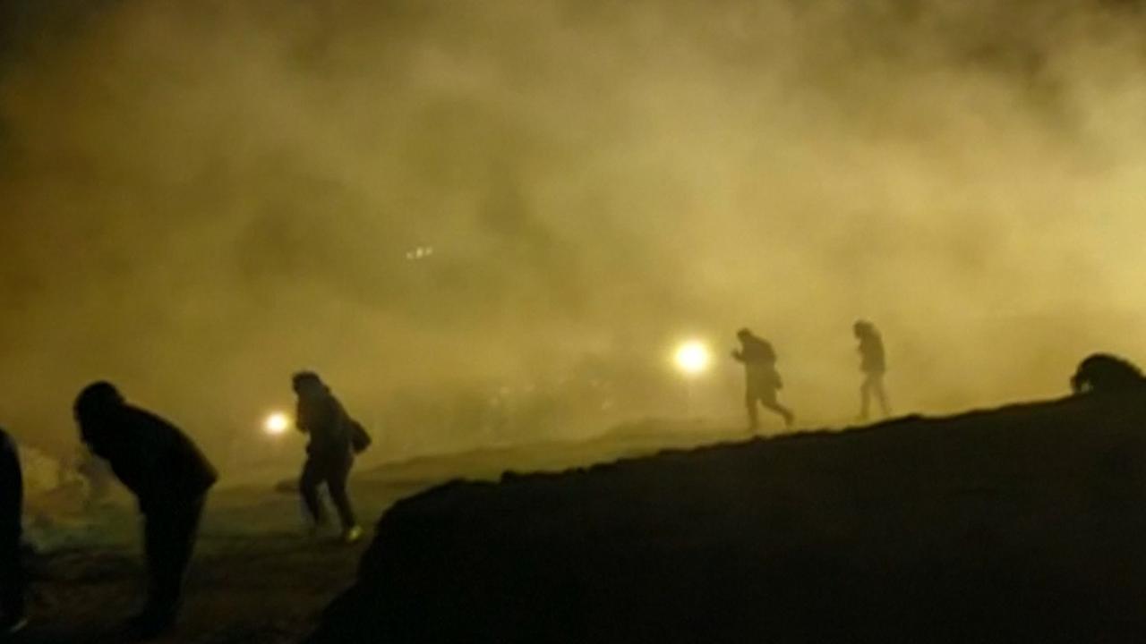 Politie zet traangas in tegen migranten bij grens Mexico