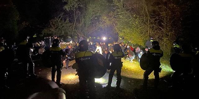 Politie grijpt in bij illegaal feest Limburg, zo'n 100 bekeuringen uitgedeeld