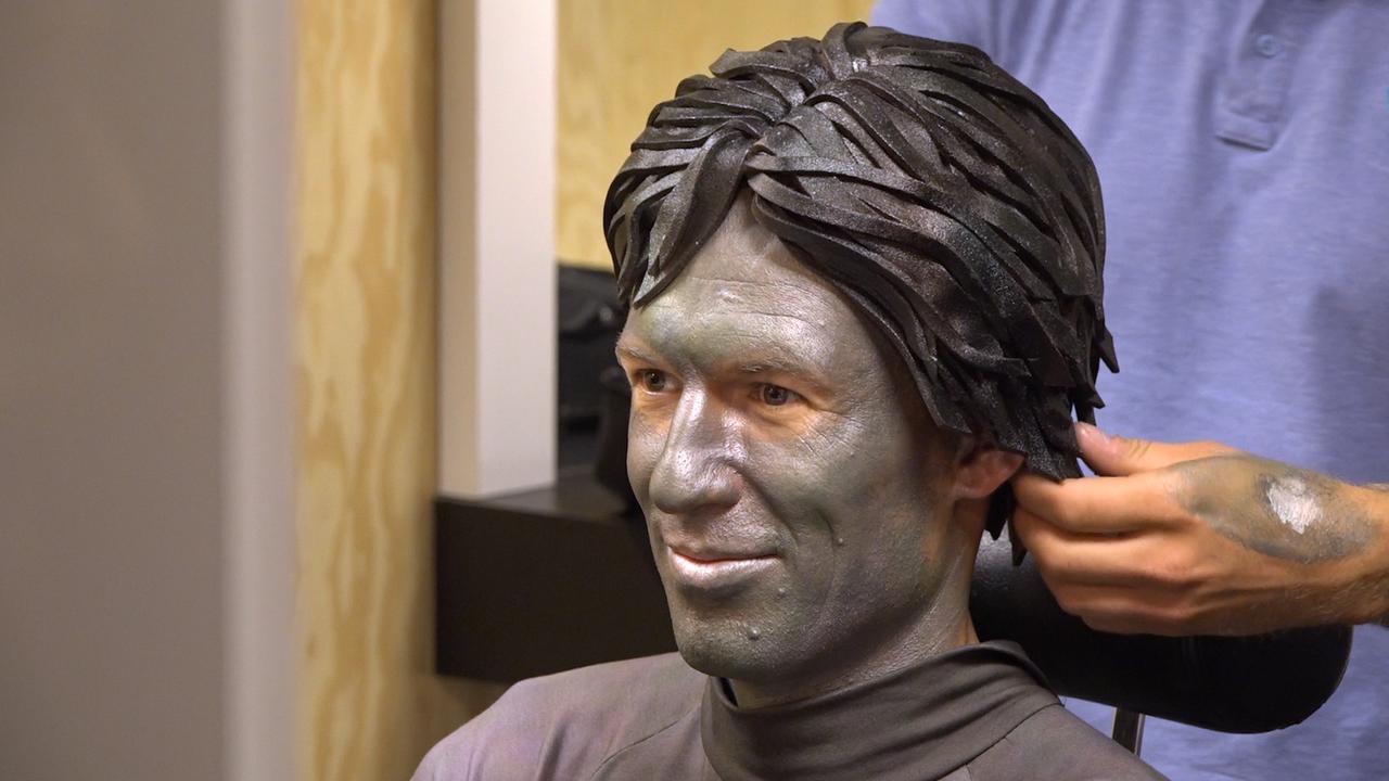 Robben transformeert voor KWF tot levend standbeeld Cruijff