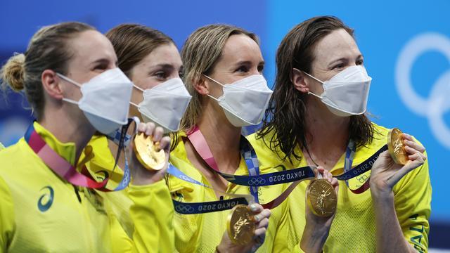De Australische vrouwen tonen het goud.