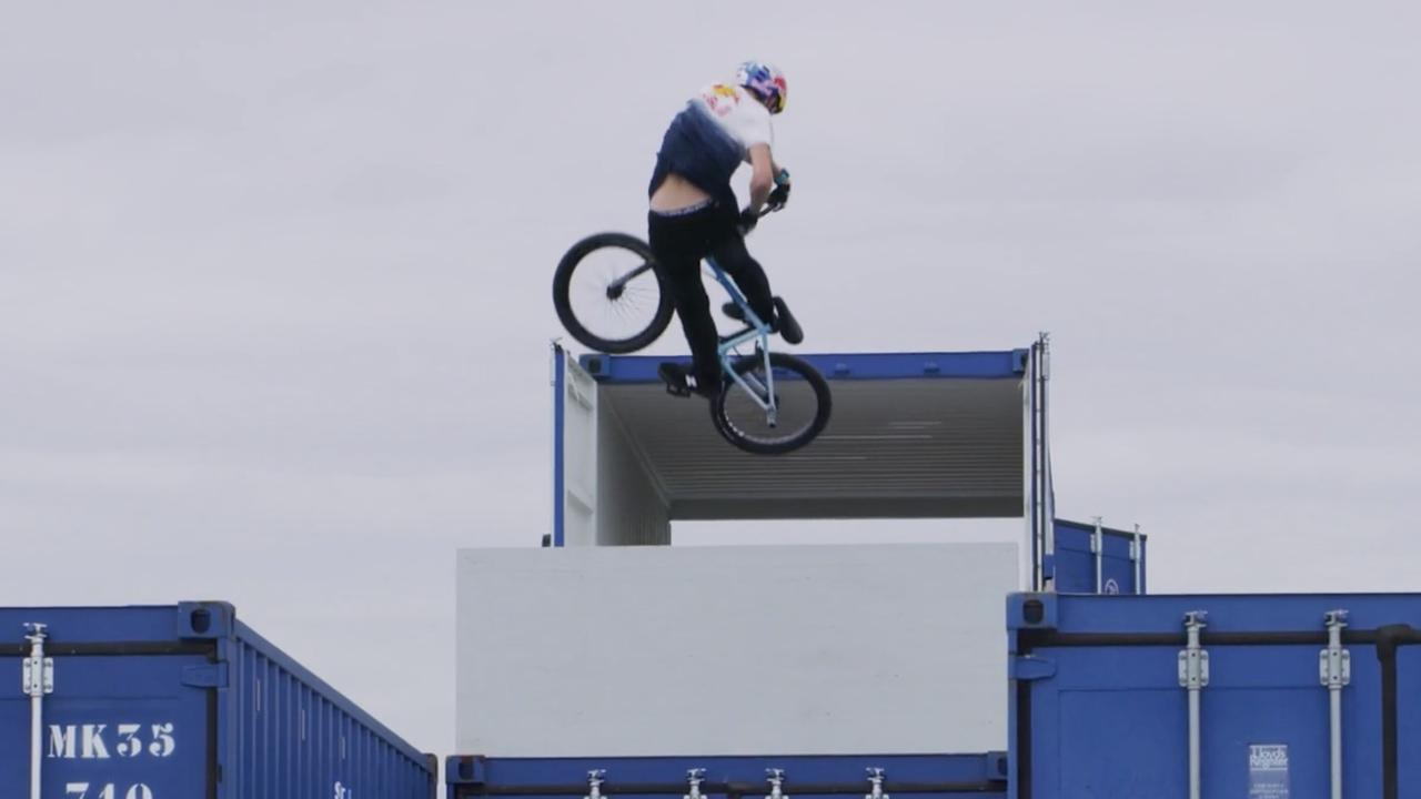 Daniel Wedemeijer 'vliegt' over varend BMX-park op de Waal