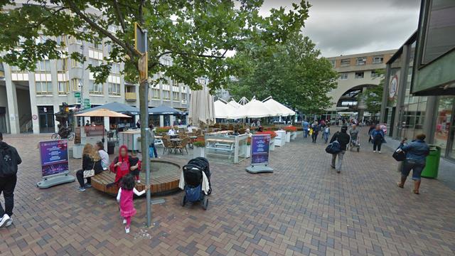 Overvaller vernielt vitrine van elektronicawinkel Bijlmerplein