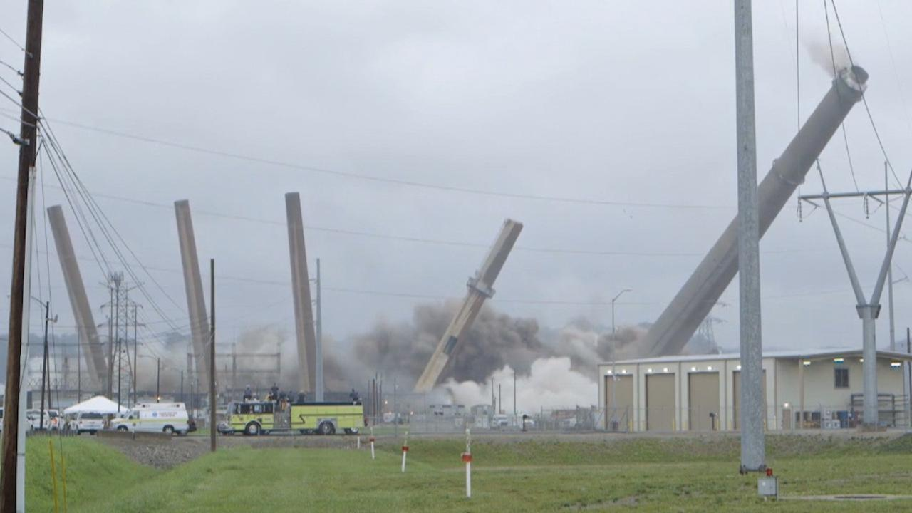 Gecontroleerde explosie verwoest oude kolencentrale in VS